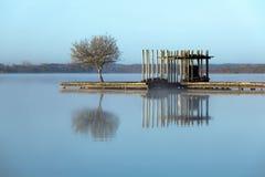 Lago zen nella nebbia Fotografie Stock Libere da Diritti