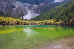 Lago Zhuomala en el área escénica de Yading de China Fotos de archivo
