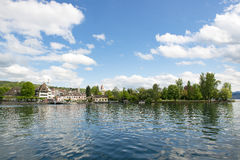 Lago Zurich con la puerta del aterrizaje de Kusnacht Imagen de archivo