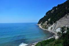 Lagoa azul com rocha e penhasco fotografia de stock royalty free