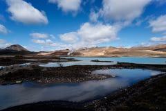 Lagoa azul e céu escancarado Fotos de Stock Royalty Free
