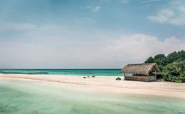 Lagoa azul e ilha tropical em Maldivas Imagem de Stock