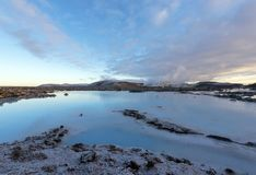 A lagoa azul em Islândia A água azul entre o ston da lava fotos de stock