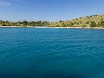 Lagoa azul verde na Croácia das ilhas de Kornati Foto de Stock