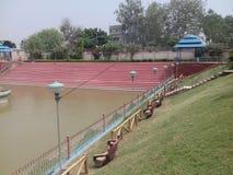 Lagoa bonita em um parque pequeno fotos de stock royalty free