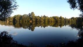 Lagoa calma em uma vila com ondinhas repentinas Ucrânia, Khmelnytskyi, Podillya vídeos de arquivo