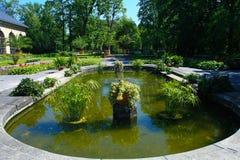 Lagoa com a fonte perto do palácio de Wilanow Foto de Stock Royalty Free