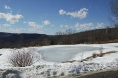 A lagoa congelada em um dia bonito claro foto de stock