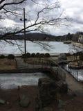 Lagoa congelada pequena com Mohawk da ponte, do passeio à beira mar e do lago Fotografia de Stock