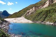 Lagoa criada por um corrimento, Peru central Imagem de Stock