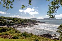 从Lagoa da康塞桑-弗洛里亚诺波利斯,圣卡塔琳娜州,巴西自然水池足迹的巴拉岛da Lagoa视图  库存照片