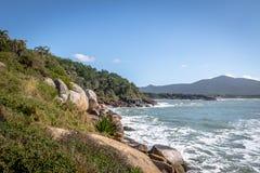 从Lagoa da康塞桑-弗洛里亚诺波利斯,圣卡塔琳娜州,巴西自然水池足迹的巴拉岛da Lagoa视图  免版税库存图片