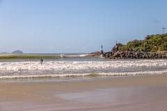 Lagoa da康塞桑-弗洛里亚诺波利斯,圣卡塔琳娜州,巴西巴拉岛da Lagoa地区海滩的冲浪者  免版税库存照片