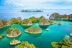 Lagoa da calma de Paradise com ilhas e água pequenas de turquesa fotos de stock royalty free