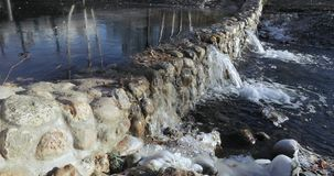 Lagoa da cascata no parque vídeos de arquivo