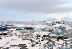 Lagoa da geleira em Islândia inverno com a montanha neve-tampada como a imagens de stock