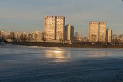 Lagoa da mola na cidade no fundo da casa Moscou Foto de Stock