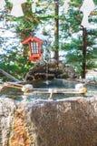 Lagoa de água, tradição para as mãos que lavam antes de inscrever o temp fotos de stock