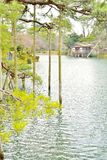 A lagoa de Kasumiga Ike e a casa de Uchihashi no Kenroku-en estacionam fotos de stock royalty free