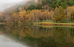 Lagoa de Kido-ike na estação do outono foto de stock royalty free
