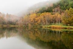 Lagoa de Kido-ike na esta??o do outono imagem de stock