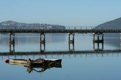 Lagoa de Knysna com a ponte do trilho na parte dianteira Foto de Stock Royalty Free