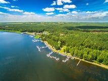 Lagoa de Koronoski da opinião do olho do ` s do pássaro Ajardine com um lago, um abrigo para veleiros e uma floresta Fotos de Stock