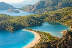 Lagoa de Oludeniz na opinião da paisagem do mar da praia Fotos de Stock Royalty Free