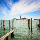 Lagoa de Veneza, polos de madeira e igreja no fundo. Itália fotos de stock royalty free