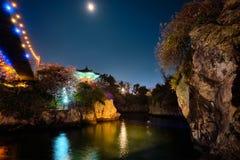 Lagoa de Yongyeon com o pavilhão iluminado na noite, ilhas de Yongyeon de Jeju, Coreia do Sul fotos de stock