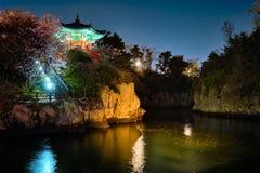 Lagoa de Yongyeon com o pavilhão iluminado na noite, ilhas de Yongyeon de Jeju, Coreia do Sul foto de stock
