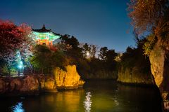 Lagoa de Yongyeon com o pavilhão iluminado na noite, ilhas de Yongyeon de Jeju, Coreia do Sul fotos de stock royalty free