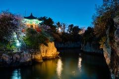 Lagoa de Yongyeon com o pavilhão iluminado na noite, ilhas de Yongyeon de Jeju, Coreia do Sul imagens de stock royalty free