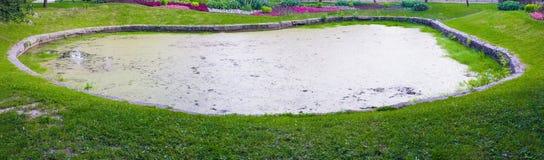 Lagoa decorativa artificial pequena em um quadro de pedra Foto de Stock