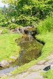 Lagoa decorativa com a cachoeira no parque da cidade de Oslo Fotos de Stock