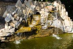 Lagoa decorativa da cachoeira da pedra do jardim Fotos de Stock
