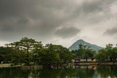 Lagoa dentro do palácio do gyeongbokgung imagem de stock