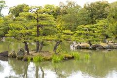 Lagoa do espelho no templo de Kinkaku-ji em Kyoto Foto de Stock