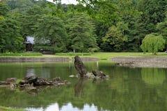 Lagoa do ike de Oizumi GA do templo de Motsu em Hiraizumi foto de stock royalty free