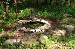 Lagoa do jardim cercada com rochas Fotografia de Stock