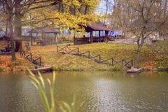 Lagoa do outono Folhas ca?das Parque vazio, dia ensolarado, fundo natural Humor nostálgico do outono imagens de stock royalty free
