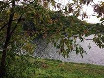 Lagoa do outono na cidade de Moscou fotos de stock royalty free