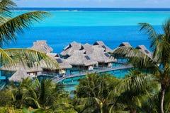 Lagoa dos azuis celestes da ilha BoraBora, Polinésia Fotografia de Stock
