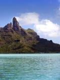 Lagoa dos azuis celestes da ilha BoraBora, Polinésia Montanhas, o mar, árvores Imagem de Stock Royalty Free