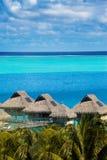 Lagoa dos azuis celestes da ilha, Polinésia Fotografia de Stock Royalty Free