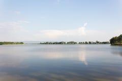A lagoa e a árvore abertas grandes variam com montanha do fundo Imagens de Stock