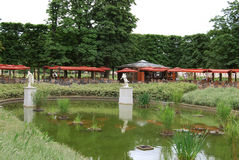 Lagoa e café pequenos no parque de Tuileries Imagens de Stock