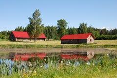 Lagoa e casas imagem de stock
