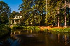 Lagoa e Glen Iris Inn, no parque estadual de Letchworth, New York imagem de stock