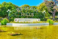 Lagoa e a inscrição Beverly Hills em Beverly Gardens Park fotos de stock royalty free